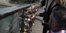 """Paris lance une opération contre les """"cadenas d'amour"""" sur ses ponts"""
