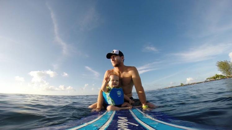 """Steven avec son fils """"Les enfants sont notre avenir"""""""
