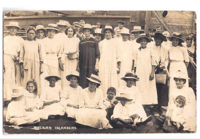 Les habitants de Pitcairn abandonnèrent leur île en 1831 pour Tahiti, mais y revinrent quelque mois plus tard, un peu avant l'arrivée de Joshua Hill.