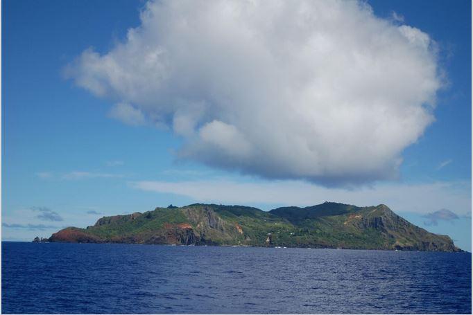 L'île ne mesure que 47 km2 de surface (1045 km2 pour Tahiti) ; sa population avait perdu ses repères après la mort du dernier des mutinés de la HMS Bounty, John Adams.