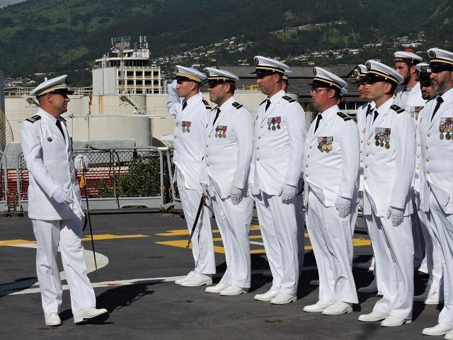 Le contre-amiral Denis Bertrand a reconnu le capitaine de frégate Christophe Le Coz dans ses fonctions de nouveau commandant de la frégate de surveillance Prairial.