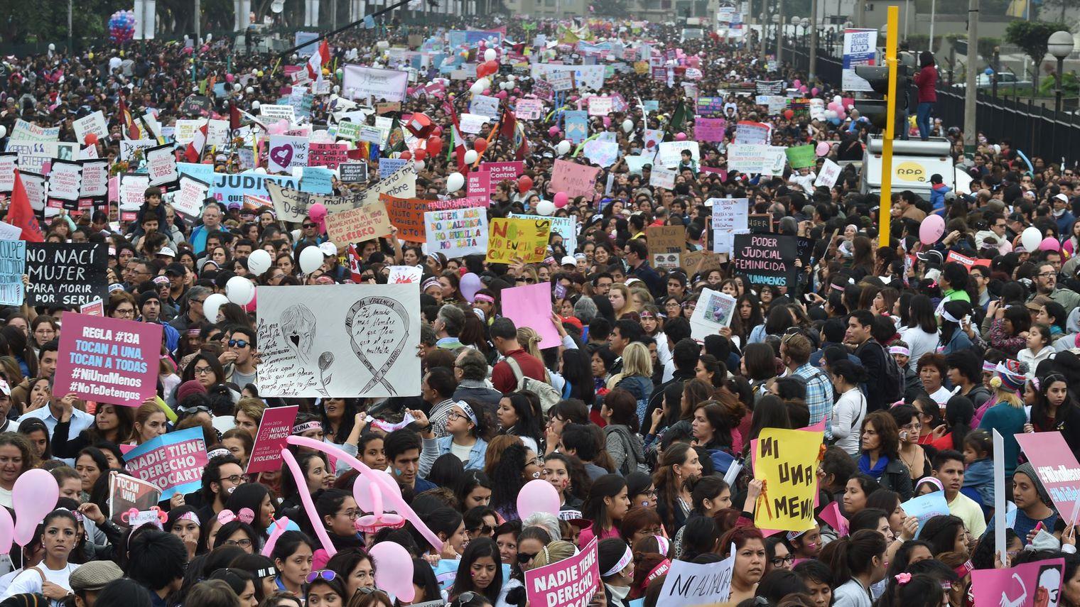 Pérou: 50.000 manifestants à Lima contre la violence machiste