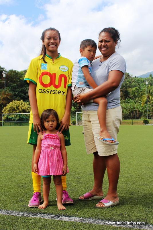 Kiani Wong entourée de sa maman Mareva, de son petit frère Kealoha et de sa petite soeur Kialei.