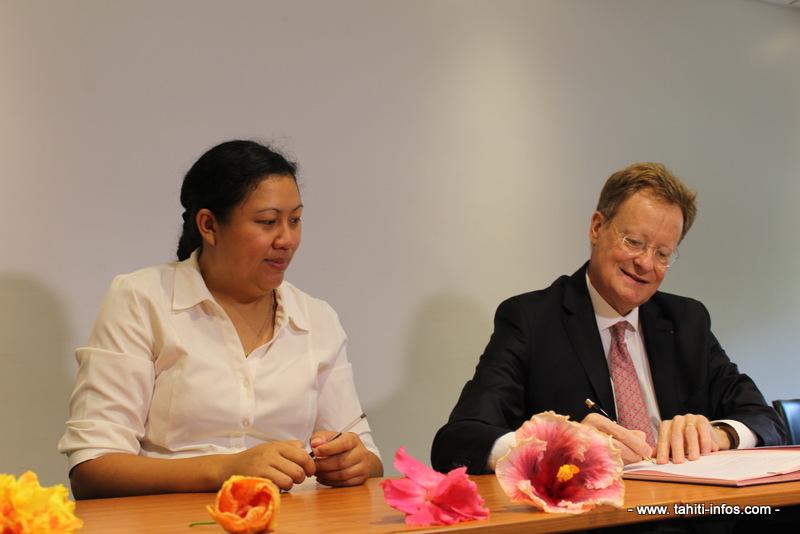 La directrice régionale de l'Adie et le haut-commissaire, René Bidal, lors de la signature de la convention annuelle.