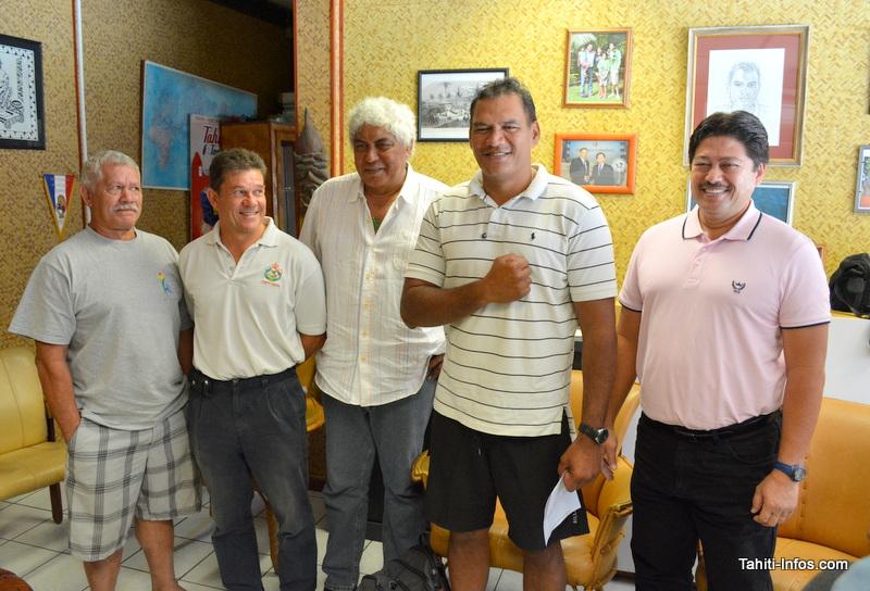 Tauhiti Nena, président du Comité Olympique de Polynésie française, entouré de plusieurs présidents de fédérations sportives membres du conseil d'administration du Comité