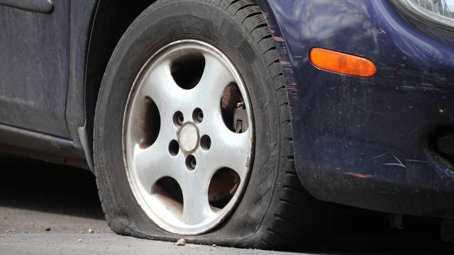 Un homme se tue en crevant des pneus avec son couteau