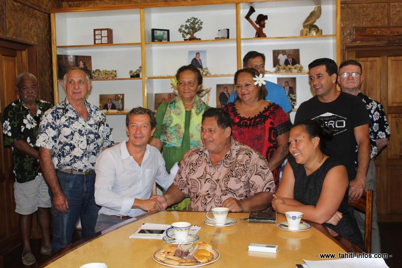 Le maire de Papara, entouré des élus et du directeur général de Valgo, lors de la signature de la convention.