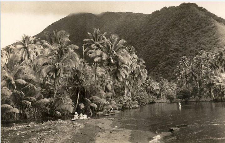 7 La plage de Tautira vers l'embouchure de la Vaitepiha vers 1900.