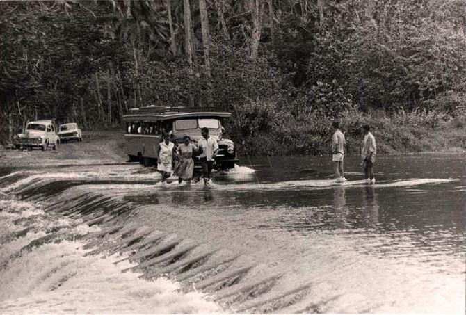 8. Le fameux radier de Tautira en 1950, qui permettait de franchir la rivière Vaitepiha.