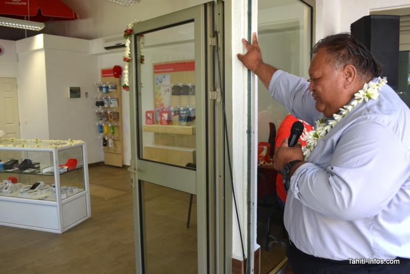 Le pasteur Junio Pumati, de l'église Maohi de Vaitape, a béni la boutique Vodafone de Bora Bora le jour de son ouverture.