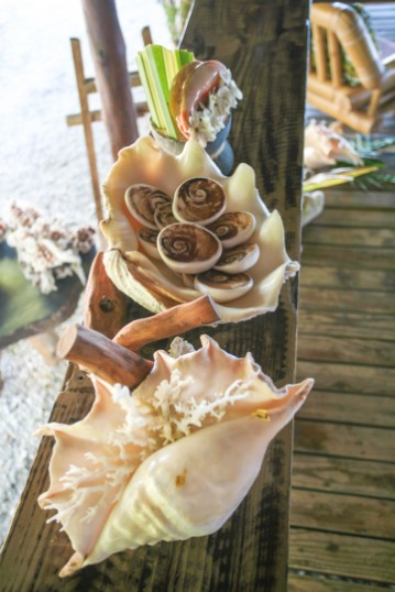 Quelques éléments participant à la décoration du salon et de la salle à manger. Tout est ici local et rappelle le lagon tout proche.