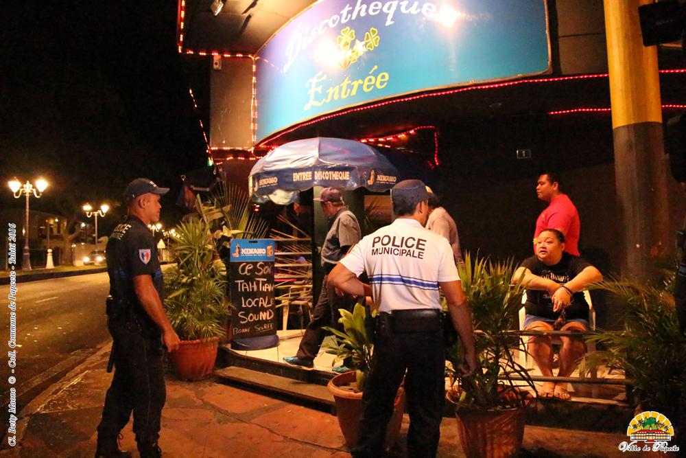 """Avec cette nouvelle opération """"Renfort de nuit"""", des mūto'i circulent aussi à pied dans les rues de Papeete"""