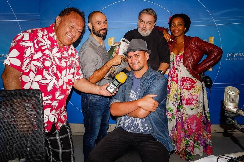L'équipe de la matinale de Polynésie Première : Carlos Natua, Alexandre Le Quéré, Lolo, Axelle Mesinèle et Matéo avec son chapeau.