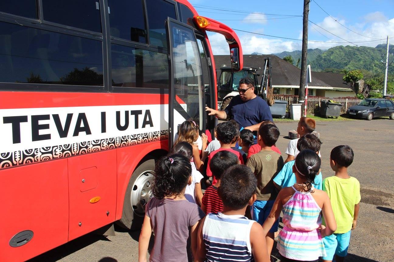 Les bus communaux étant réservés aux transports des classes de Mairipehe, Nuutafaratea et Matairea vers le collège. Ce seront, donc, les bus de Willy Chung Sao qui assureront le ramassage de la population.