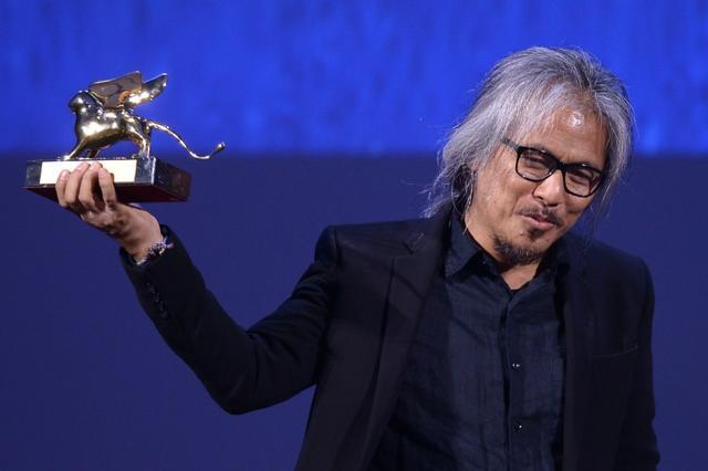 """Le réalisateur philippin Lav remporte le Lion d'Or de la Mostra de Venise pour son film """"The Woman who left"""" (La femme qui est partie), le 10 septembre 2016 à Venise - AFP FILIPPO MONTEFORTE"""