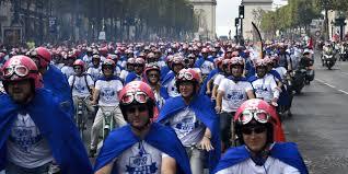 700 chefs d'entreprises en mobylettes bleues à Paris pour un défilé anti-morosité