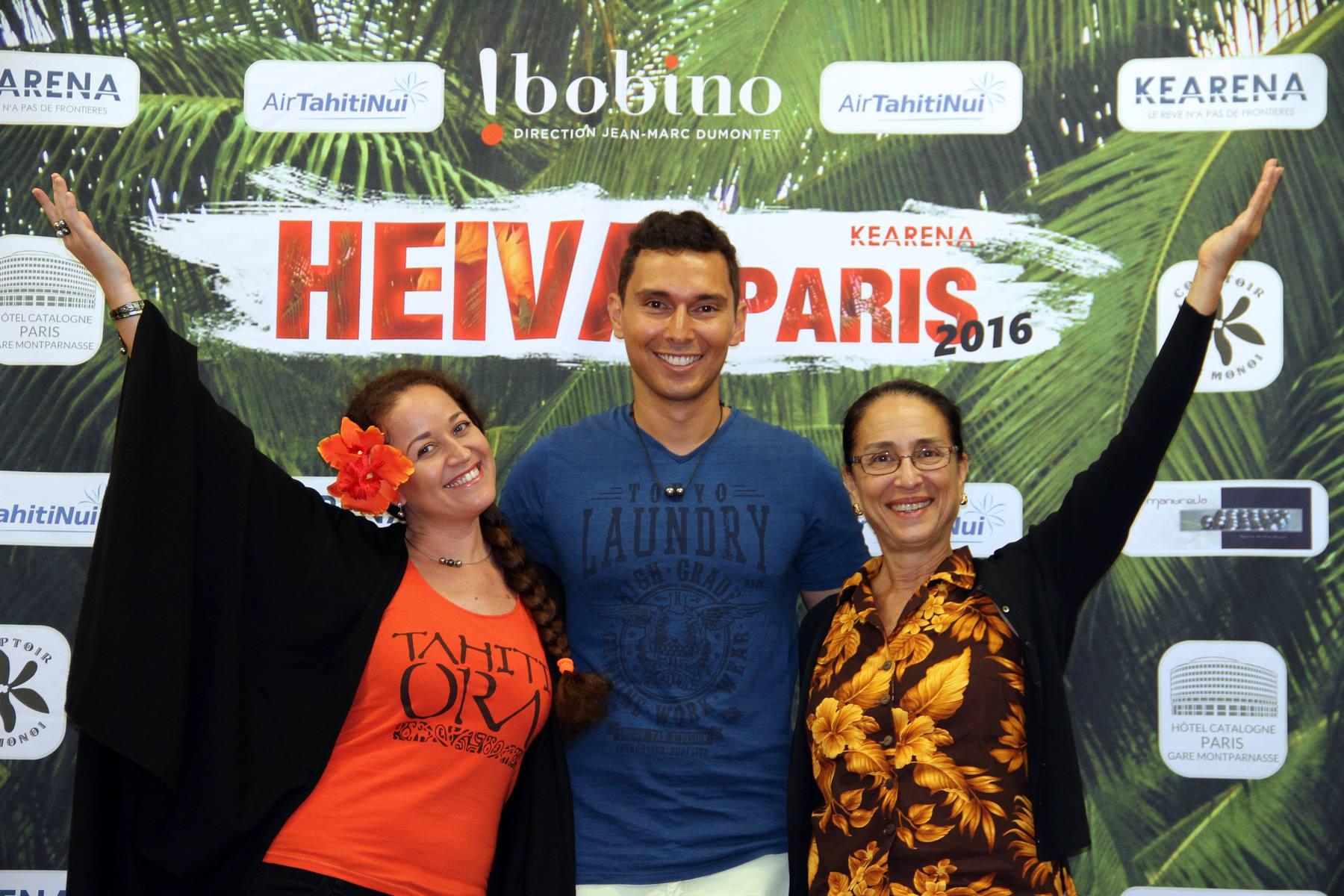 Moena Maiotui et Tumata Robinson, membres du jury, autour de Ken Carlter, producteur et maître de cérémonie.