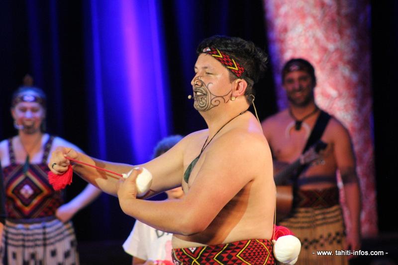 Tepou Tama sur scène.