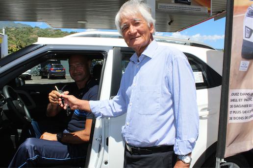 Ludovic reçoit les clefs de sa voiture des mains de Albert Moux, P-dg du groupe Pacific-Shell