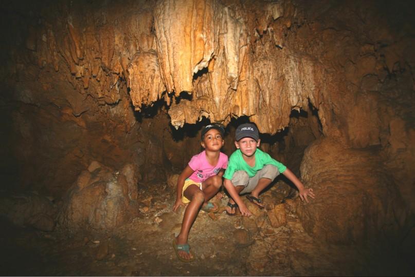 """Deux jeunes spéléologues à la découverte de Rimatara """"underground"""". La cavité, on le voit, ne nécessite pas d'équipements spéciaux."""