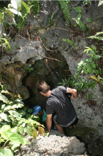 L'entrée de la grotte se trouve non loin de la piste de l'aérodrome.