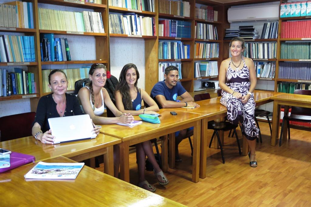 L'association Te Mana o te Moanadans la bibliothèque du CRIOBE pour la présentation sur le corail réalisée par Laetitia Hédouin (à droite)