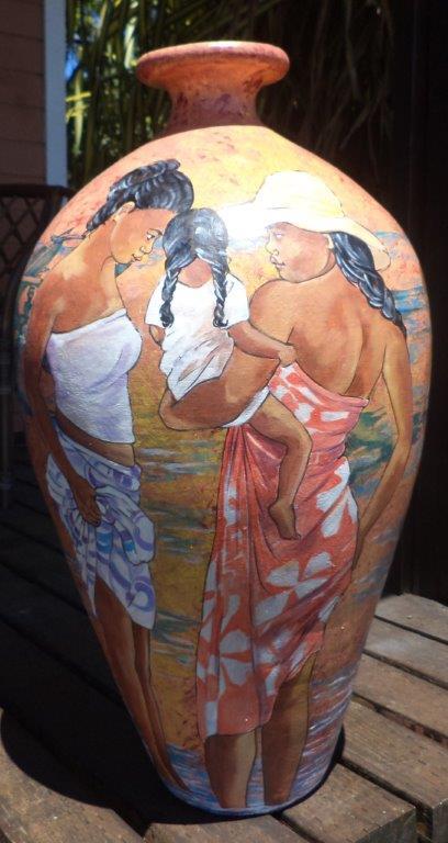 Dans le même esprit, Benilde Menghini réalise aussi des vases peints à la main.