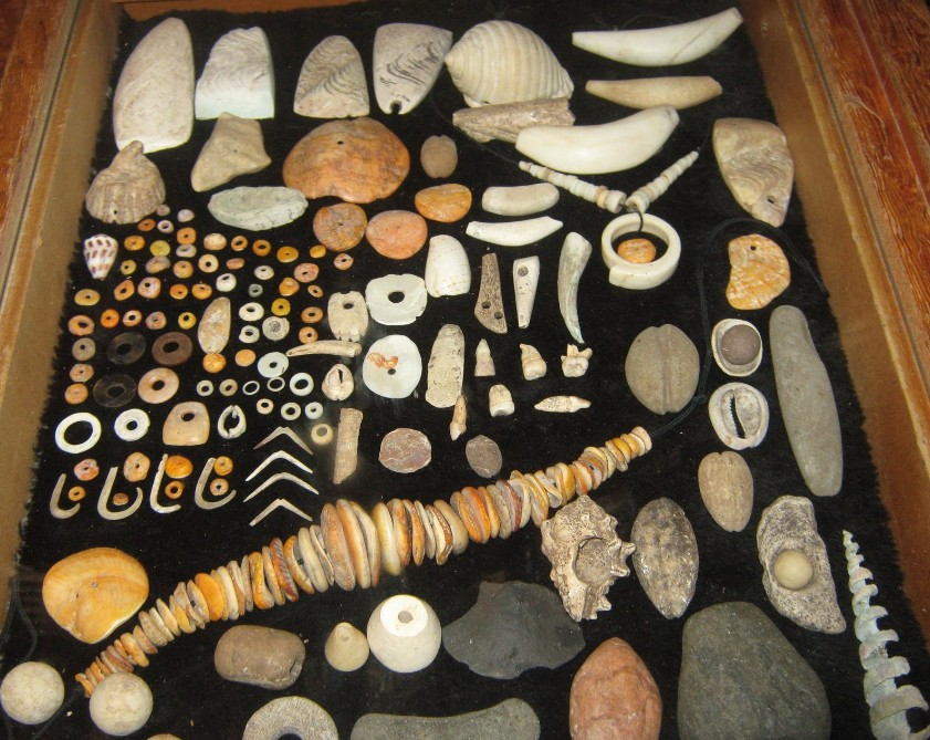 Une très belle collection de bijoux chamorros, datant de la période pré européenne, un ensemble qui donne une idée du goût des habitants de Guam pour les ornements corporels.