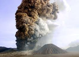Indonésie: des touristes fuient une montagne après l'éruption d'un volcan