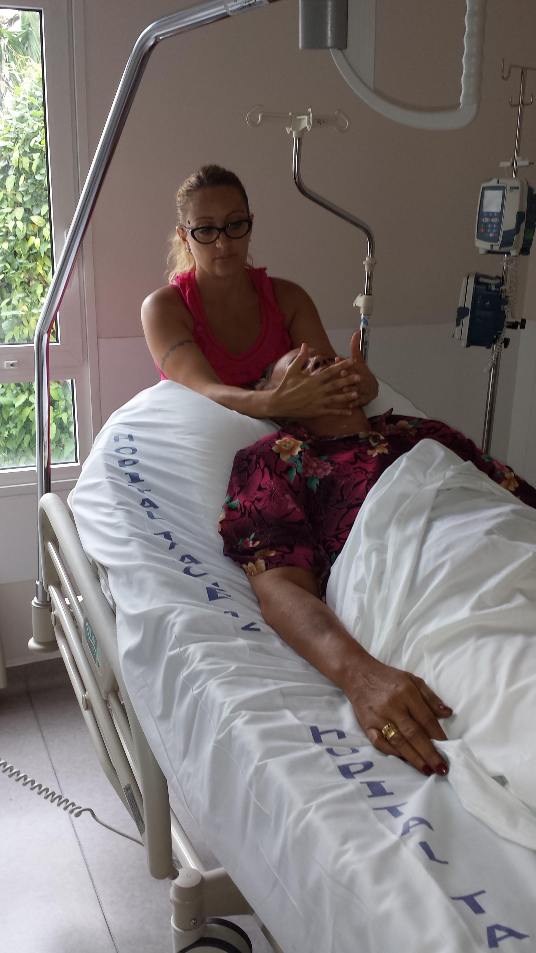 Tiare (photo) et Ellen Rose proposent des soins de support aux malades atteints du cancer.