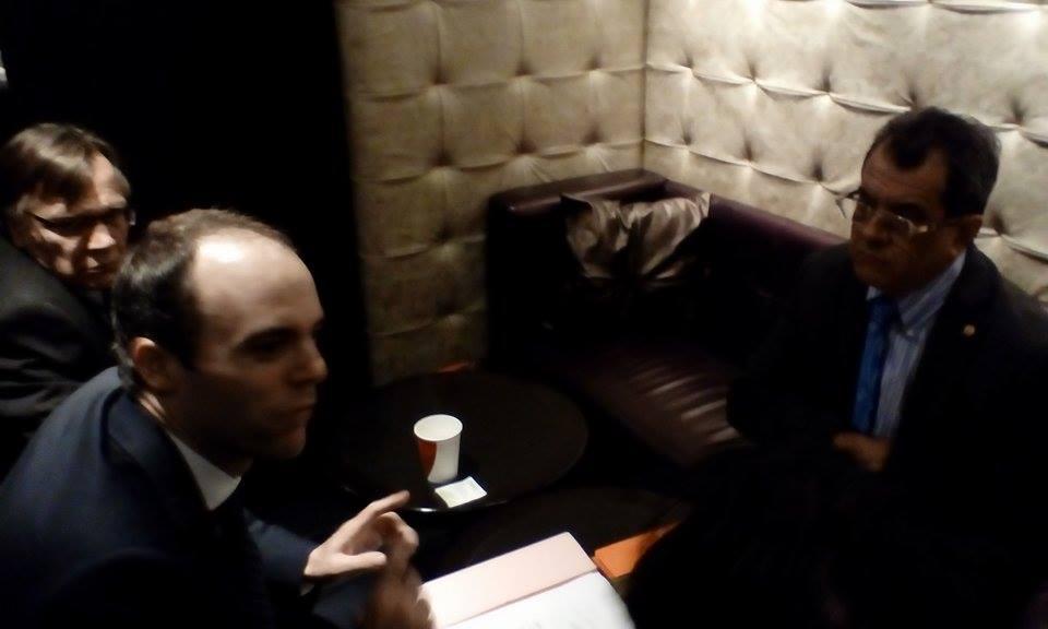 Edouard Fritch en debriefing avec François Diebolt de l'ambassade de France à New-York avant l'ouverture de la commission