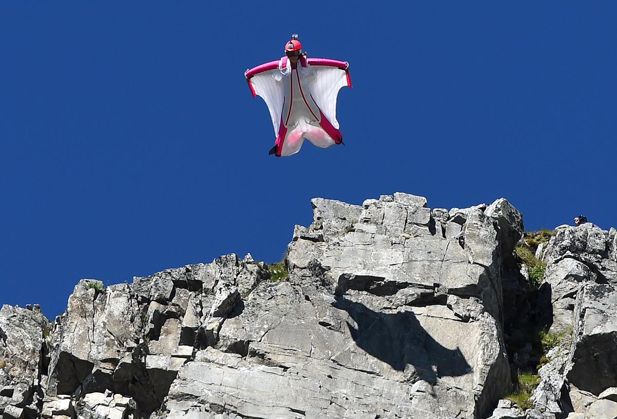 Un wingsuiter russe percute un immeuble à Chamonix