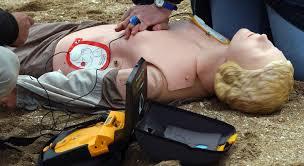Les députés veulent que les élèves apprennent à utiliser des défibrillateurs