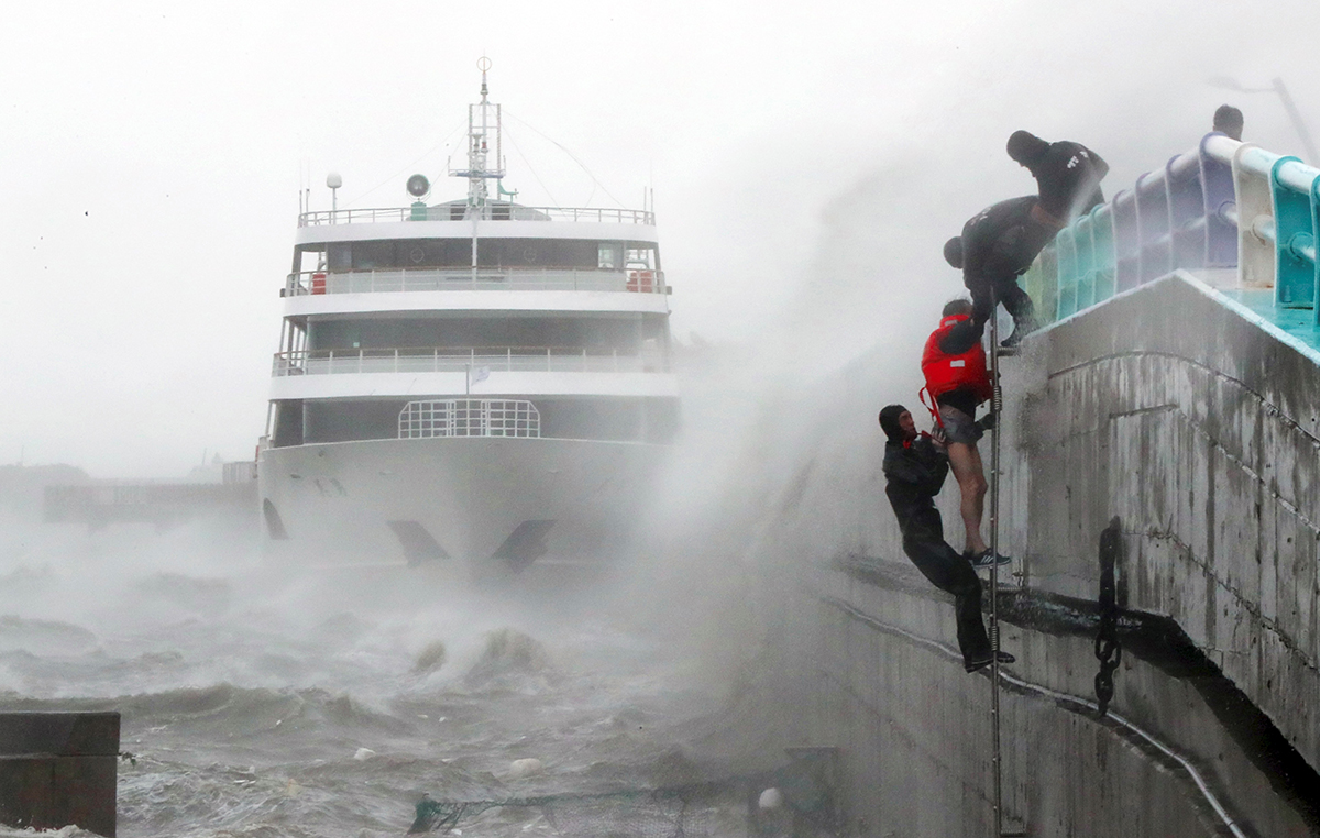 Le typhon Chaba menace désormais une large partie de l'ouest du Japon