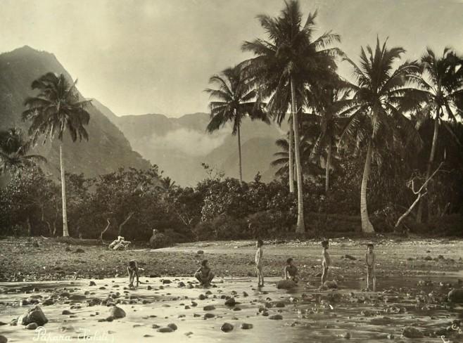 Enfants dans la rivière à Papara