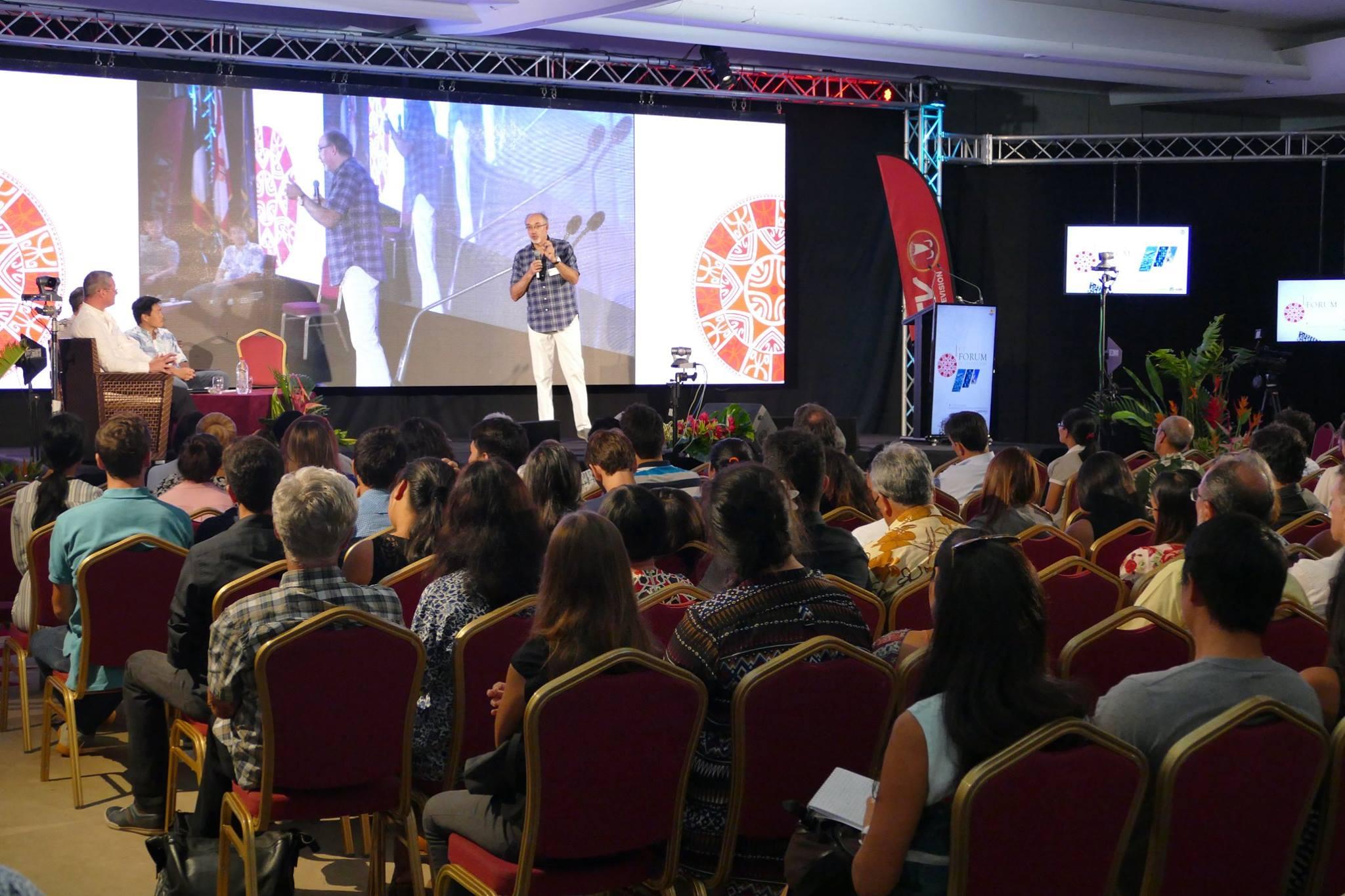Philippe Turp devant le public très attentif du forum de l'économie