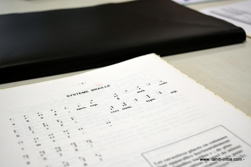 Le braille est un système qui utilise des points en relief pour représenter les lettres de l'alphabet. Pour lire, il suffit de glisser délicatement les doigts sur un papier gravé en braille.
