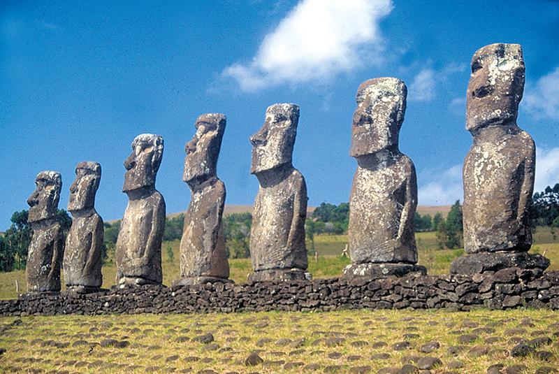 L'achi célèbrissime ahu Atiu, improprement appelé ahu Akivi depuis plus d'un demi-siècle ; il a été le premier ensemble de statues à être restauré à Rapa Nui, en 1960, par Mulloy et Figueroa.