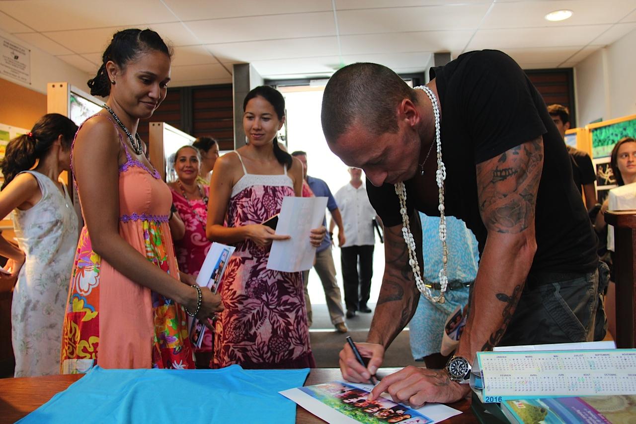 Dernières dédicaces avant le départ pour les nageurs du Tahiti swimming experience