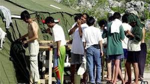 """Camp australien de réfugiés offshore: de la """"torture"""", accuse Amnesty"""