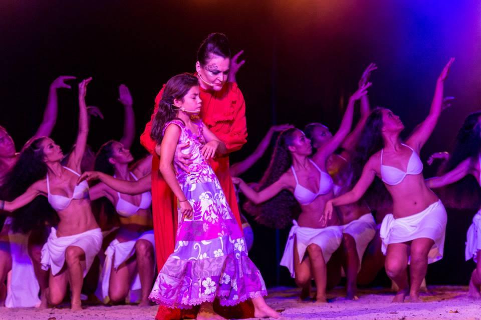 Ce spectacle littéraire est le fruit de douze auteurs, onze orateurs, douze danseuses et onze danseurs.