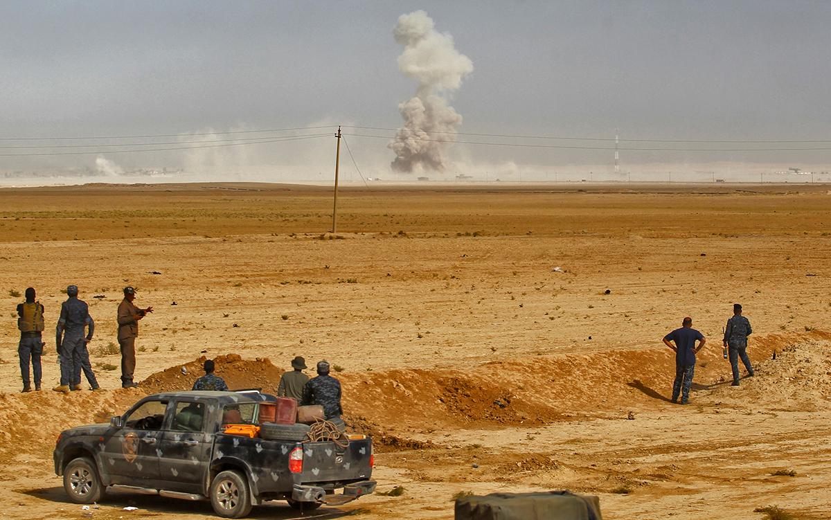 """La bataille pour la reprise de la ville irakienne de Mossoul au groupe jihadiste Etat islamiste (EI) promet de durer """"plusieurs semaines"""", voire """"des mois"""", a averti mardi le ministre français de la Défense Jean-Yves Le Drian."""