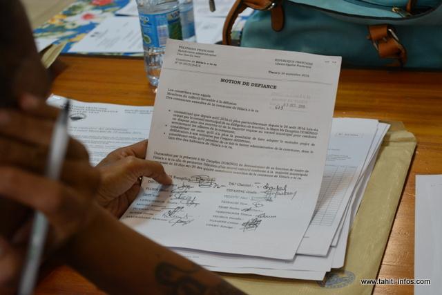 Même si la motion de défiance n'a aucun poids juridique, la nouvelle majorité a décidé de taper fort, afin d'inciter le maire à démissionner.