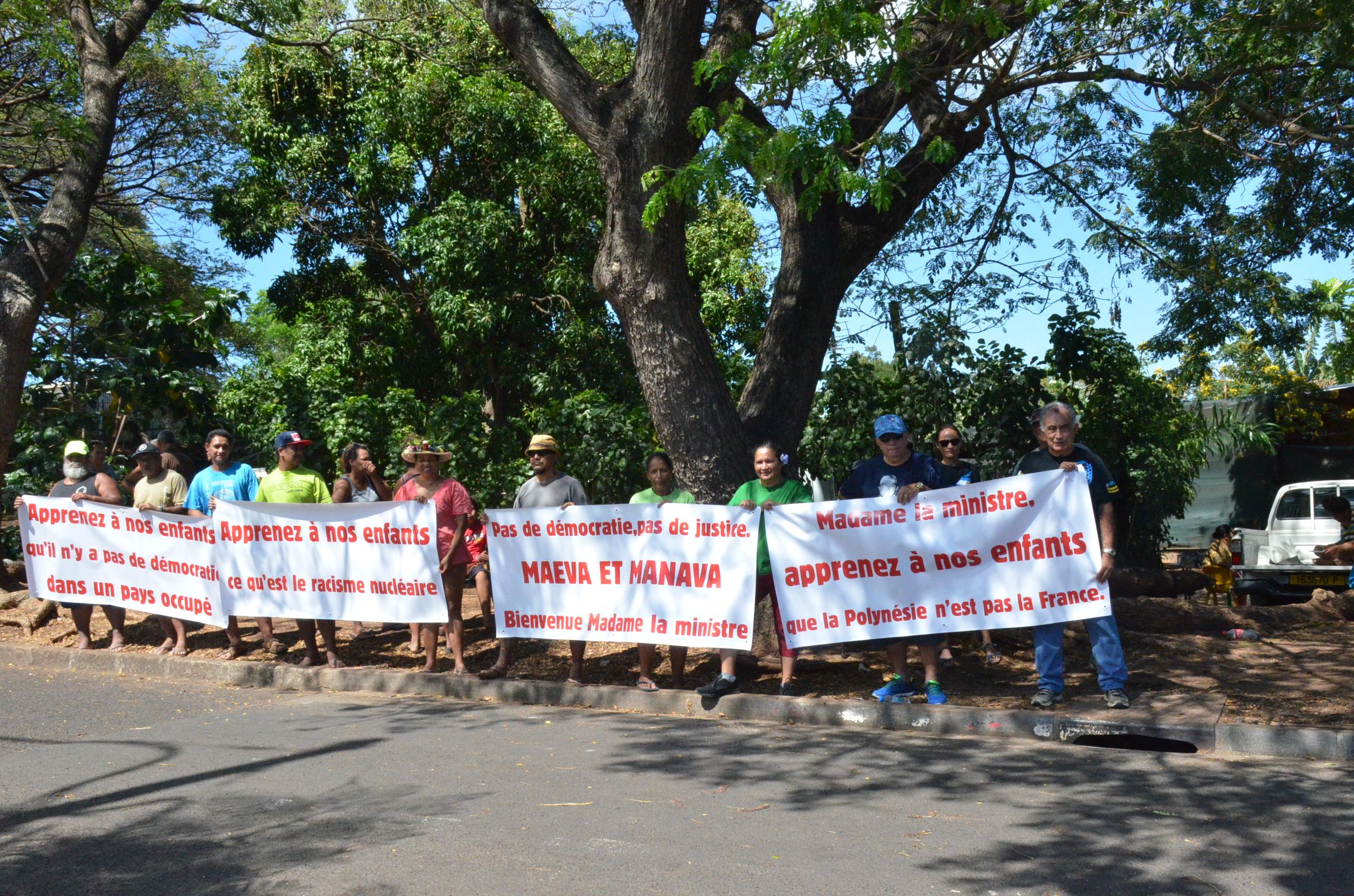 Oscar Temaru accueille Najat Vallaud-Belkacem avec des banderoles