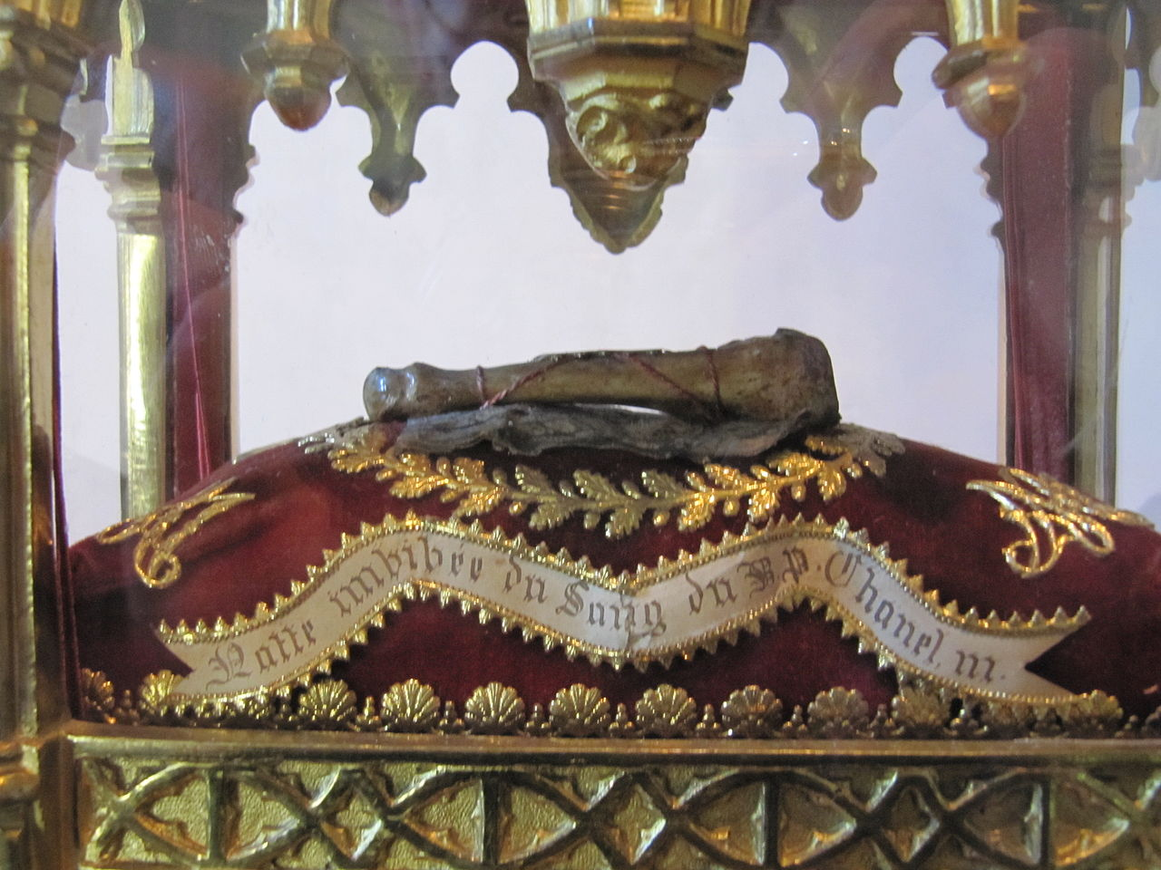 Le culte des reliques était très développé au XIXe siècle et celles de Pierre Chanel sont nombreuses ; voici, exposé à Lyon, une natte tressée imbibée du sang du martyr…