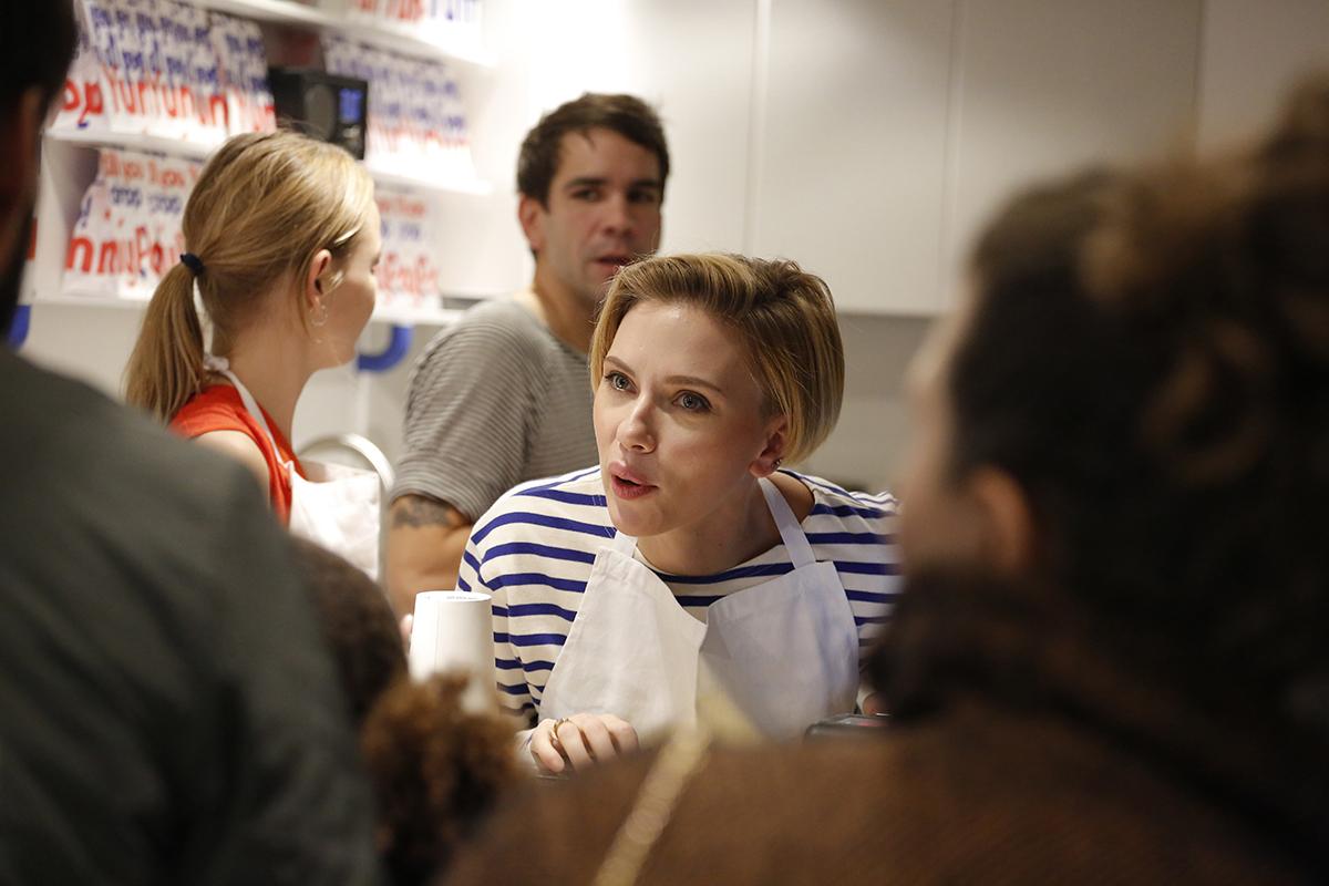 Scarlett Johansson, serveuse d'un jour dans sa boutique de pop corn parisienne