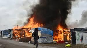 """Ravagée par les flammes, la """"Jungle"""" de Calais est désormais quasiment déserte"""