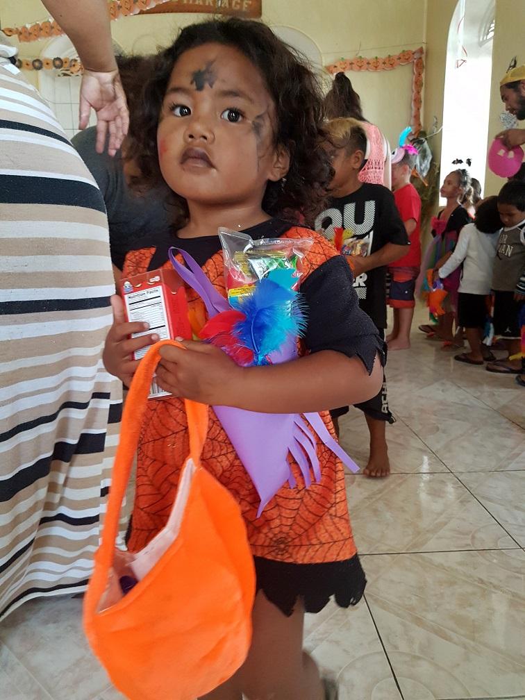 La distribution des bonbons a ravi les enfants qui repartent les mains pleines