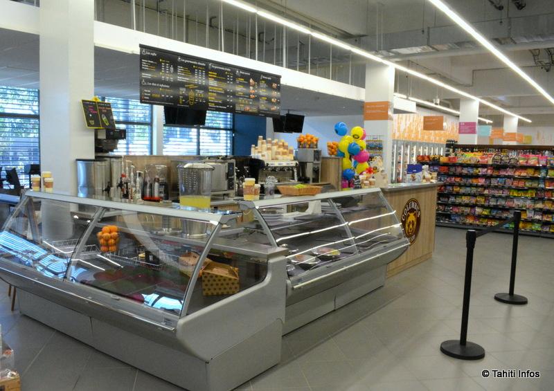 Dès l'entrée du Easy Market, les chalands seront accueillis par trois espaces proposant de la nourriture: des plats traiteur cuisinés sur place, un Salad bar et un Colombus Café (en photo)