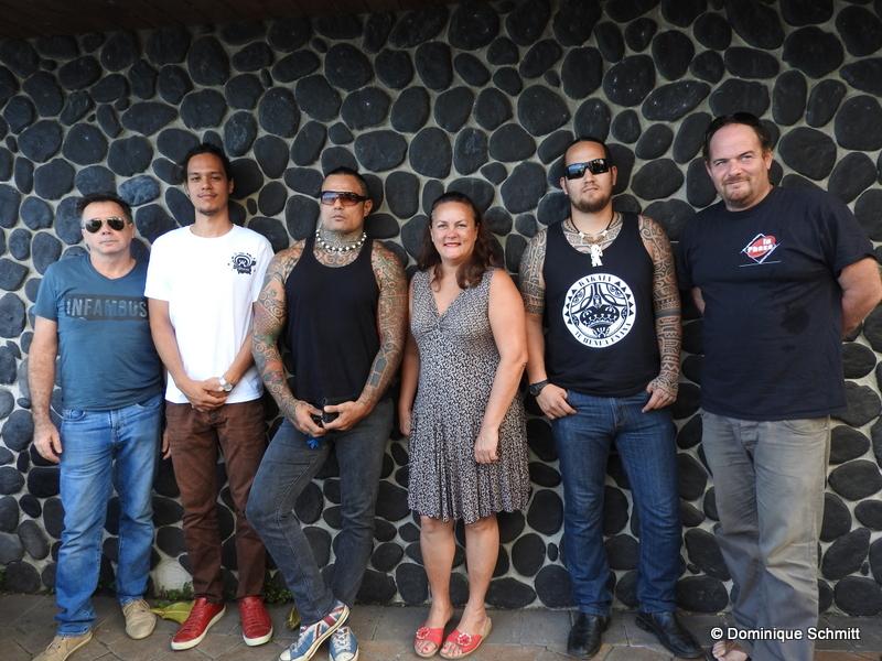 """Le comité organisateur, représenté par Heretu Tetahiotupa (deuxième en partant de la gauche), et quelques artistes du prochain Festival """"Eo Himene""""."""